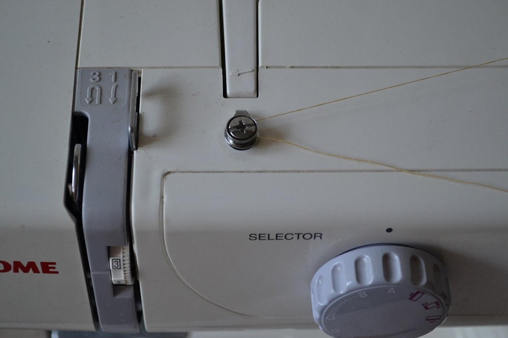 how to use a manual sewing machine