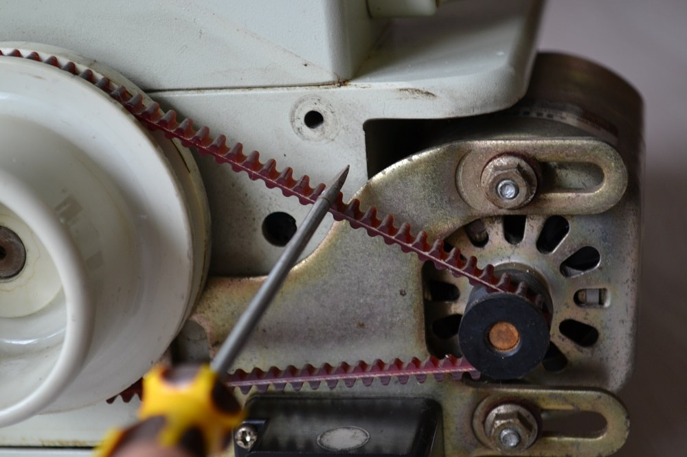 How to Replace a Serger Drive Belt, view 4